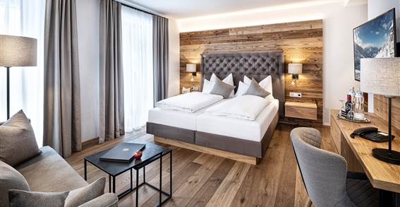 Living and sleeping area of the double room Alpenzauber