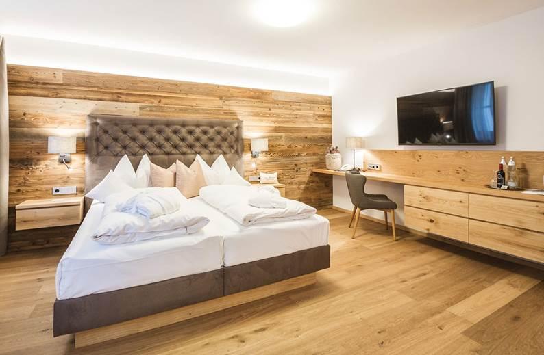 Frontansicht auf das Bett im Doppelzimmer Waldklang